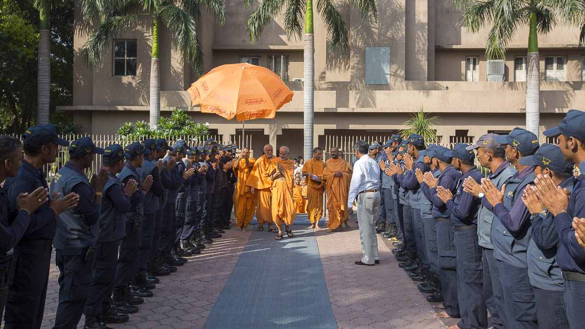 Param Pujya Mahant Swami blesses the Akshardham security staff, 9 Sep 2016