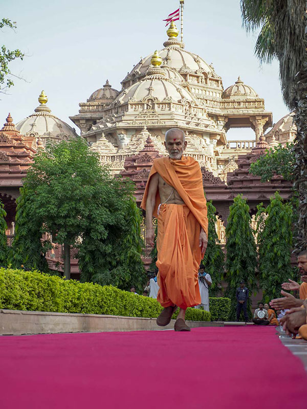 Param Pujya Mahant Swami during his evening walk, 9 Sep 2016