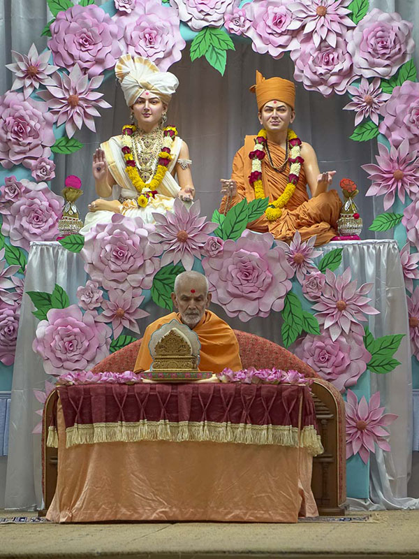 Param Pujya Mahant Swami performs his morning puja, 10 Sep 2016