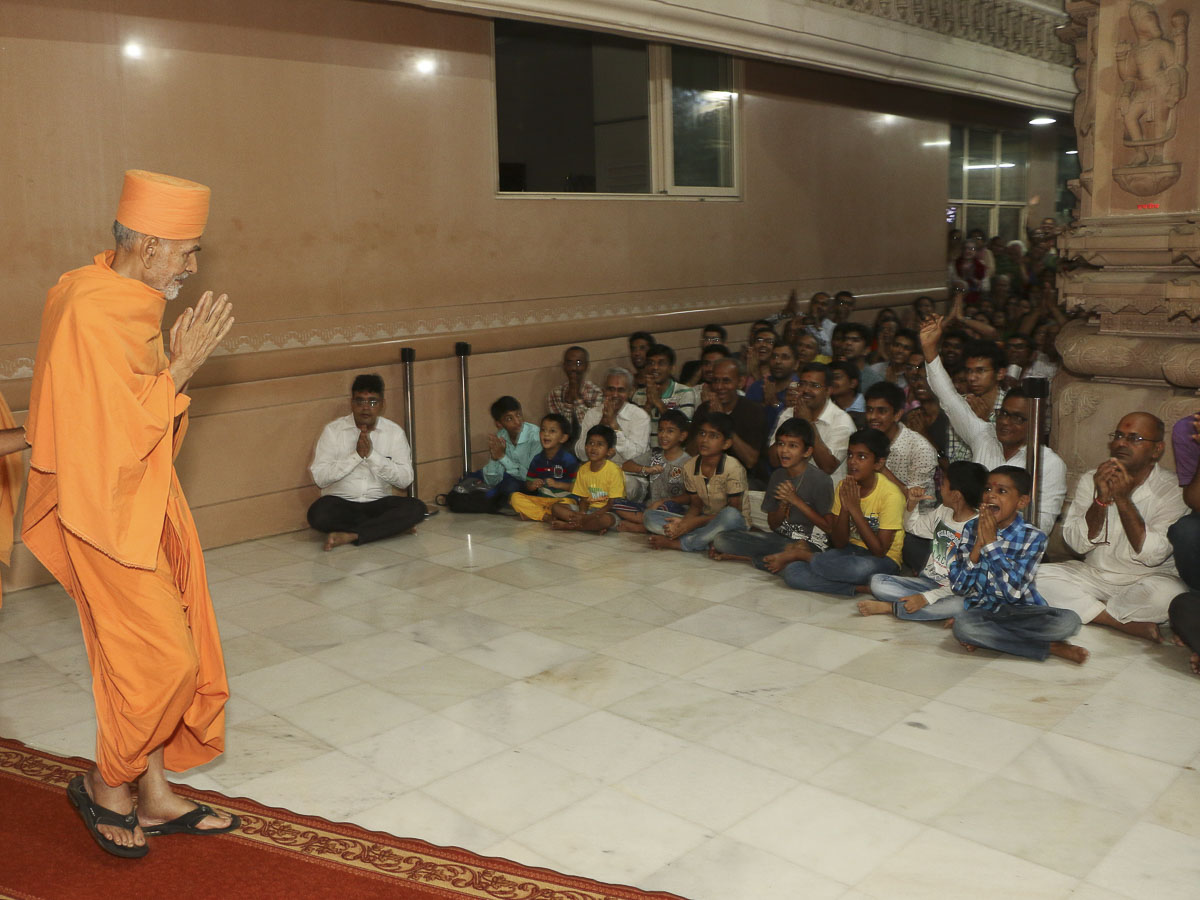 Devotees doing darshan of Param Pujya Mahant Swami, 10 Sep 2016
