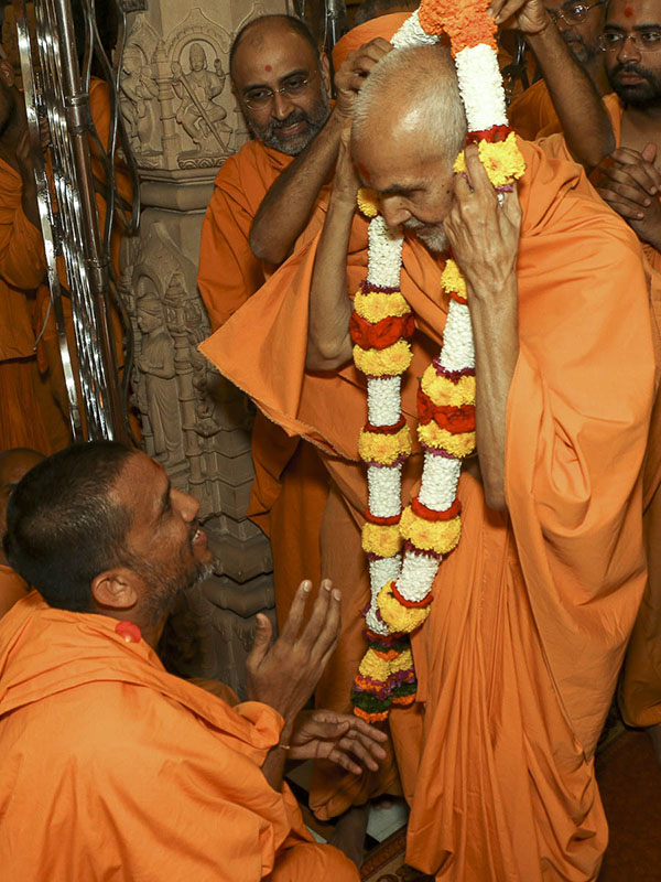 Sadhus welcome Param Pujya Mahant Swami with a garland, 10 Sep 2016