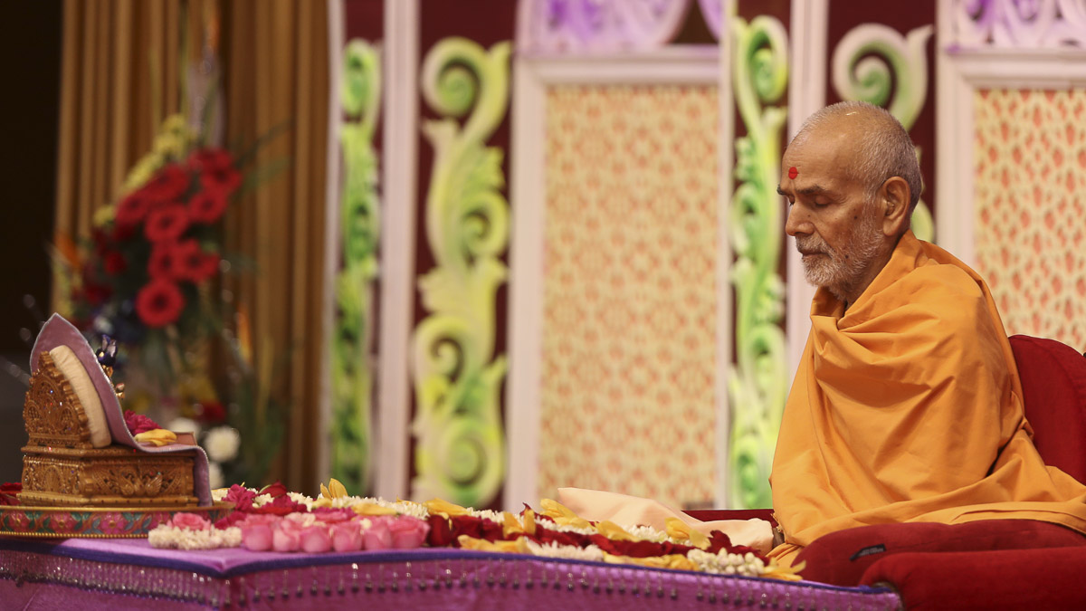 Param Pujya Mahant Swami performs his morning puja, 12 Sep 2016