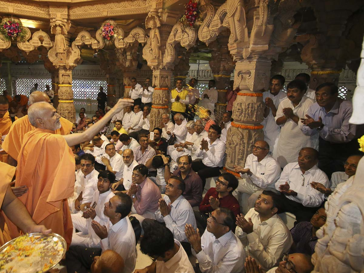 Param Pujya Mahant Swami blesses devotees by showering flower petals, 13 Sep 2016