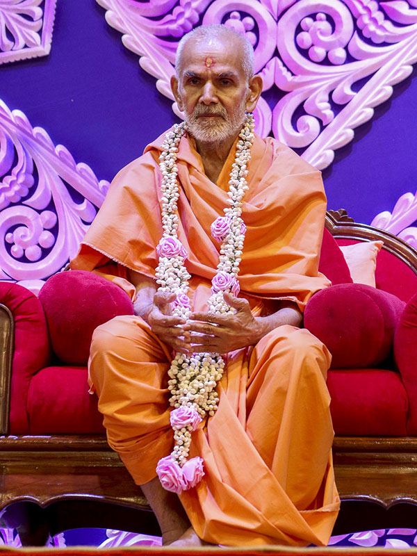 Param Pujya Mahant Swami honored with a garland, 13 Sep 2016