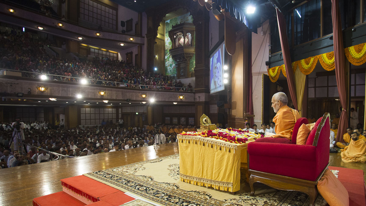HH Mahant Swami Maharaj performs his morning puja, 14 Sep 2016
