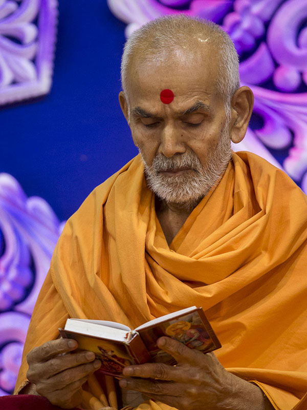 Param Pujya Mahant Swami performs his morning puja, 14 Sep 2016
