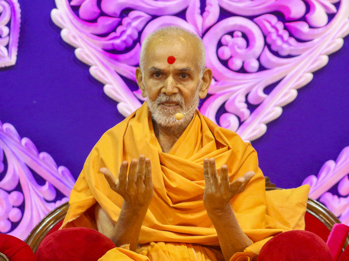Param Pujya Mahant Swami blesses the morning assembly, 14 Sep 2016