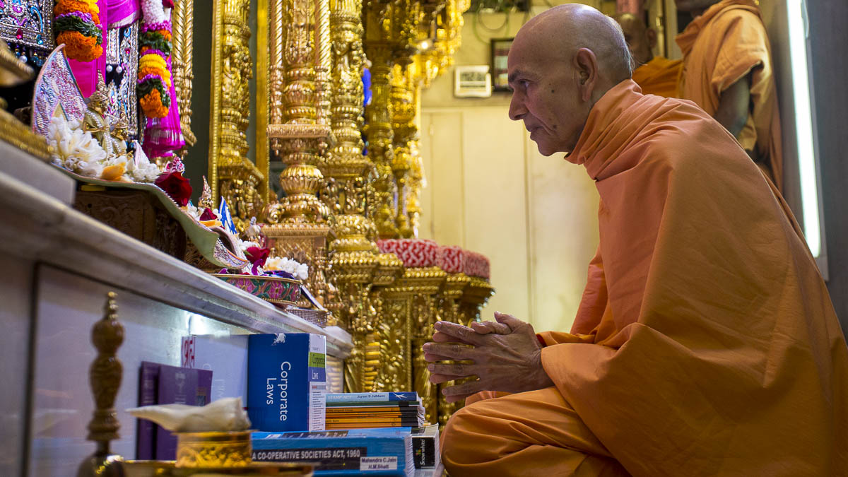 Param Pujya Mahant Swami engrossed in darshan of Shri Harikrishna Maharaj, 15 Sep 2016