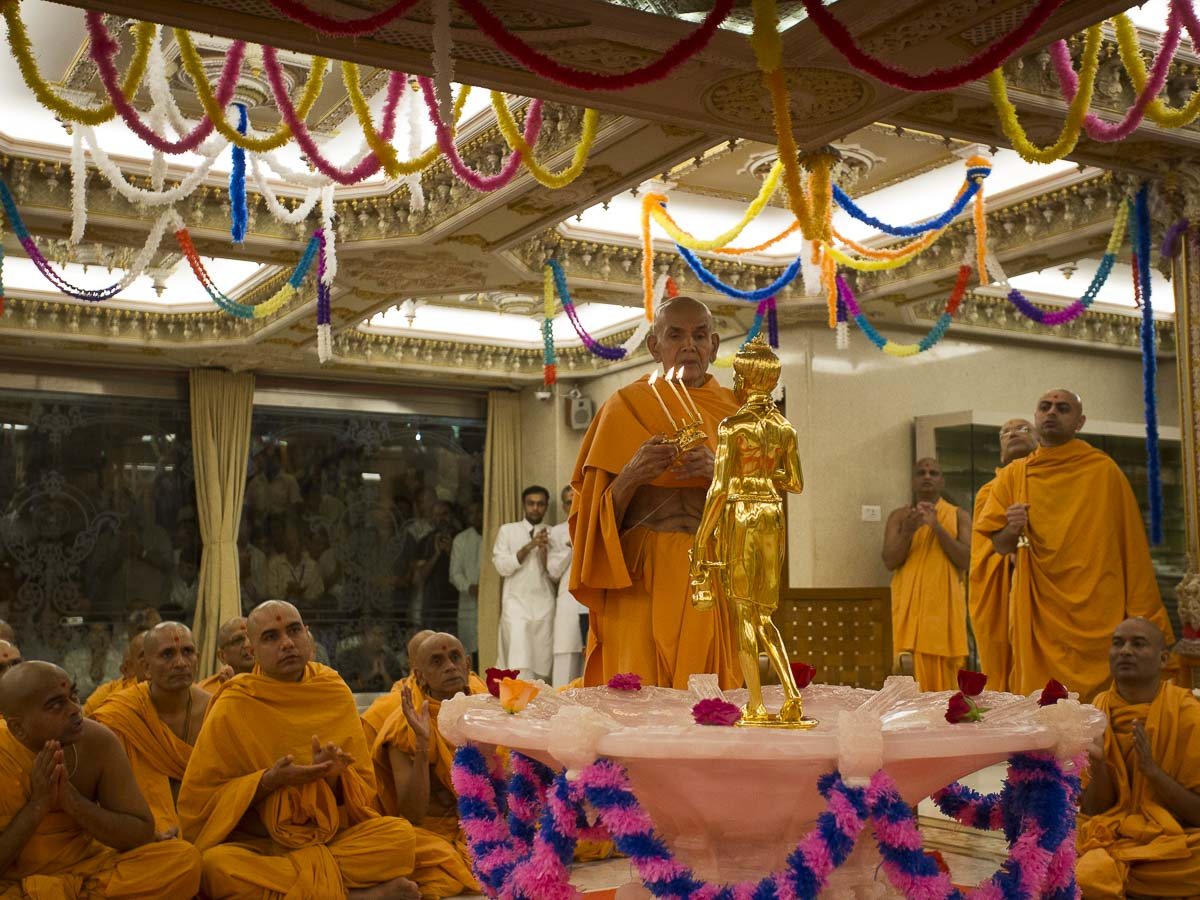 Param Pujya Mahant Swami performs arti of Shri Nilkanth Varni, 15 Sep 2016