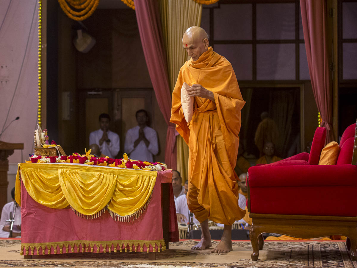 Param Pujya Mahant Swami performs his morning puja, 15 Sep 2016