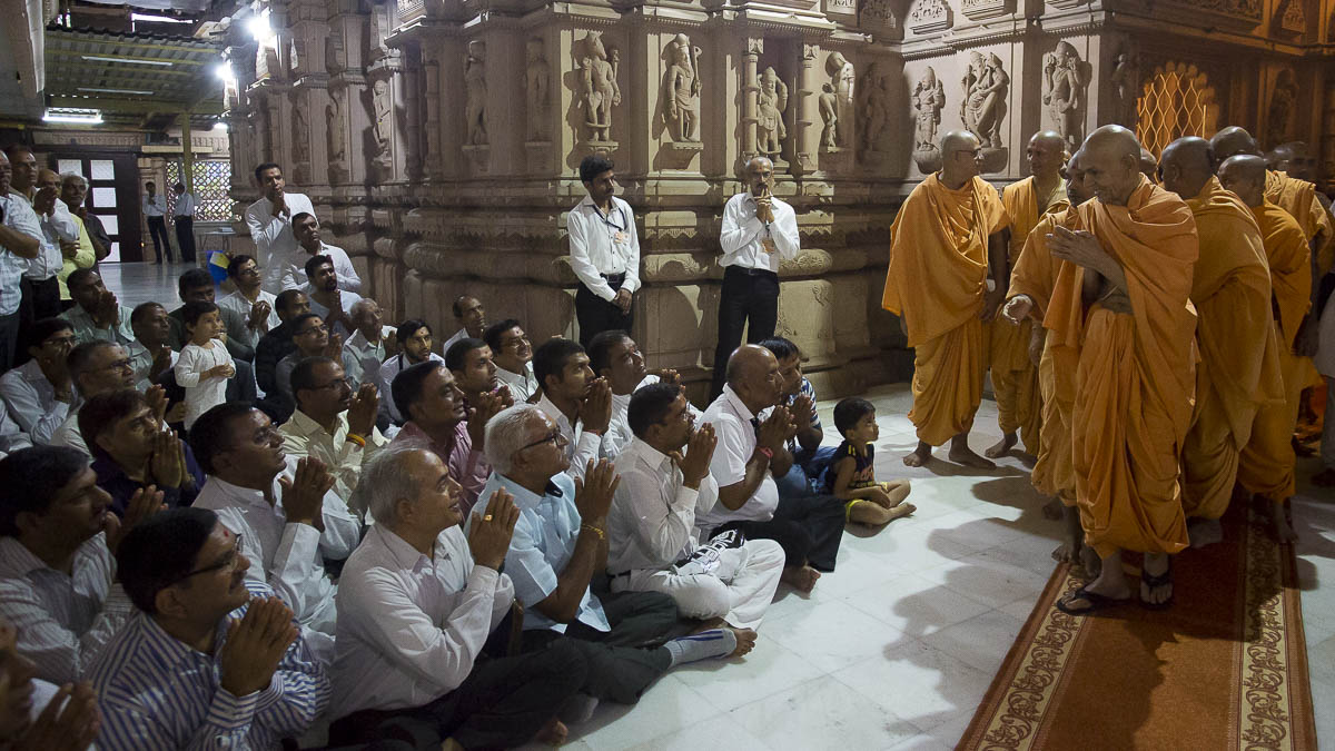 Devotees doing darshan of Param Pujya Mahant Swami, 16 Sep 2016