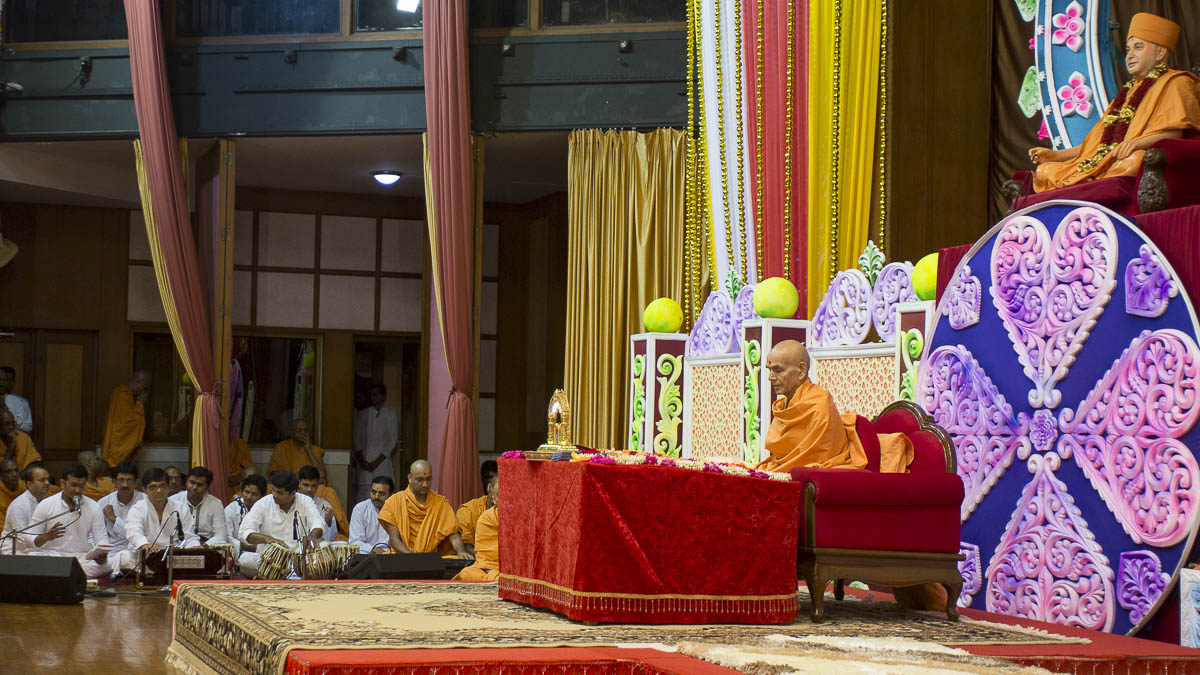 Param Pujya Mahant Swami performs his morning puja, 16 Sep 2016