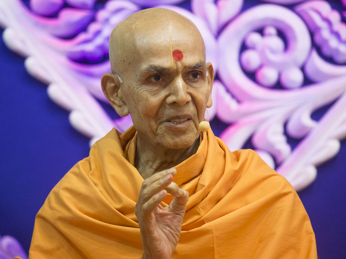 Param Pujya Mahant Swami blesses the morning assembly, 16 Sep 2016