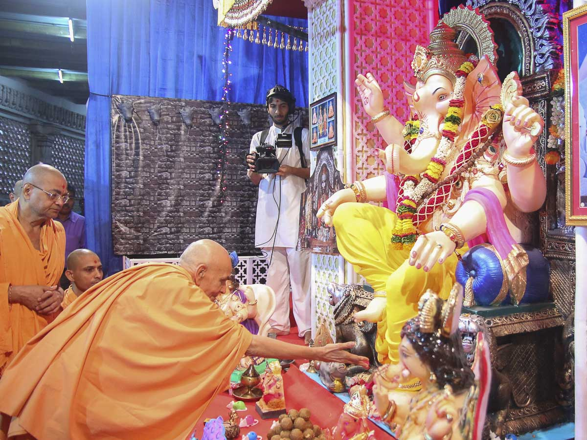 Param Pujya Mahant Swami performs pujan of Shri Ganeshji, 17 Sep 2016