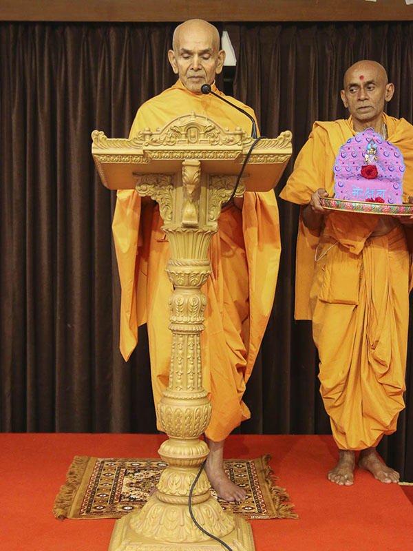 Param Pujya Mahant Swami gives vartman (initiation) to new devotees, 17 Sep 2016