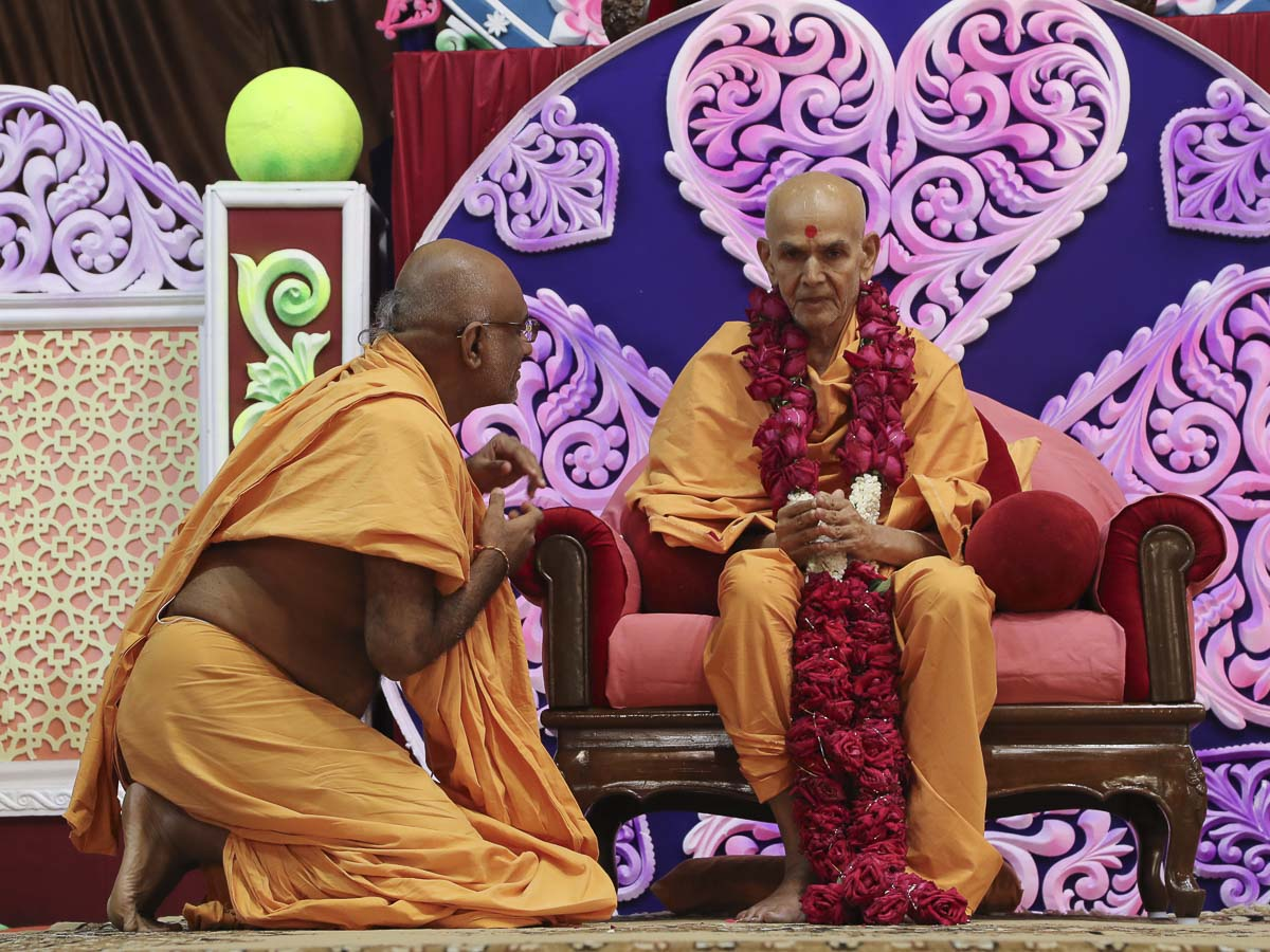 Abhayswarup Swami honors Param Pujya Mahant Swami with a garland, 18 Sep 2016