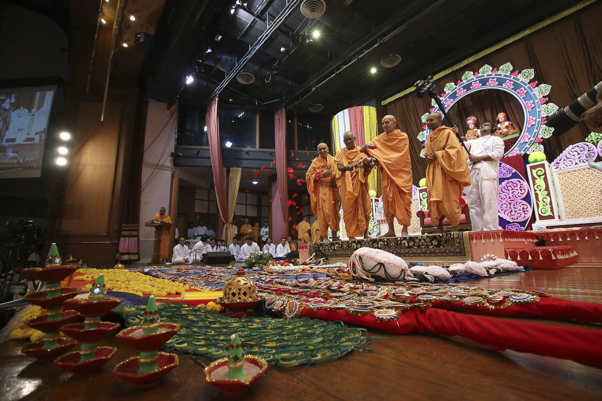 Param Pujya Mahant Swami sanctifies shawls and garlands, 18 Sep 2016