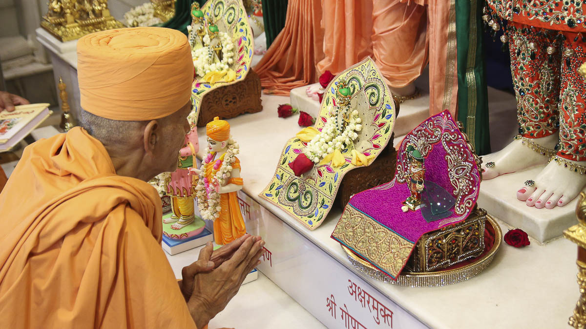 Param Pujya Mahant Swami engrossed in darshan of Thakorji, 18 Sep 2016