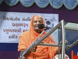 Mahant of Swaminarayan Gurukul, Mahuva, addresses the assembly