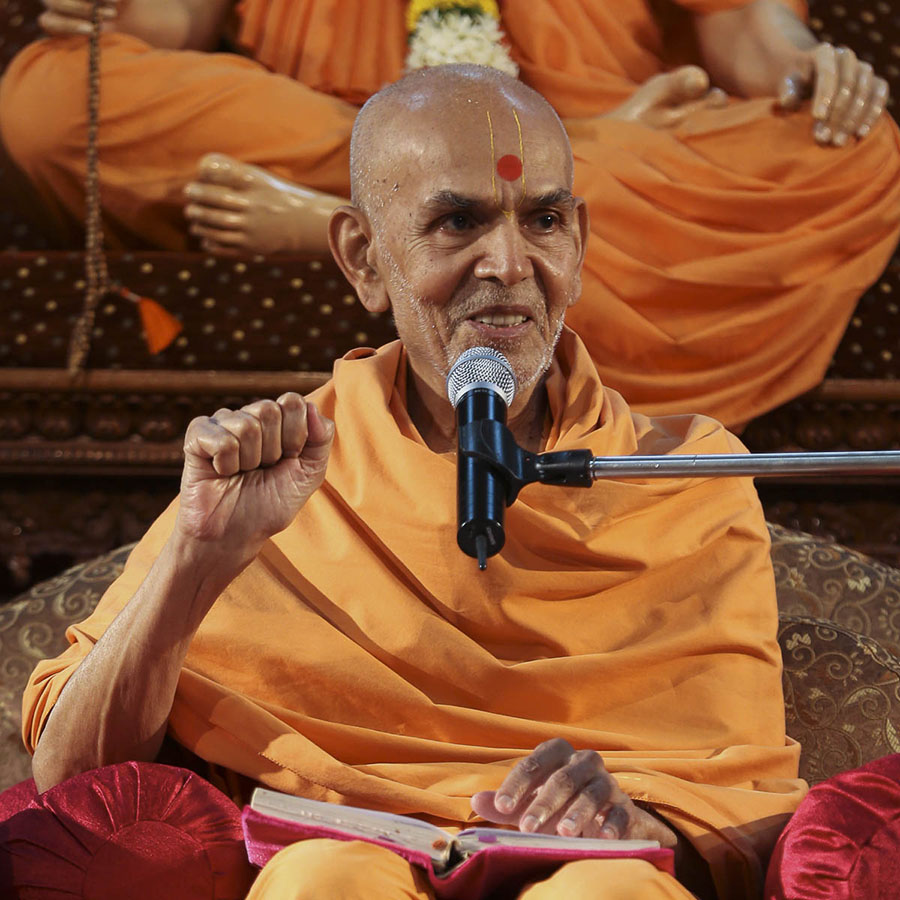 Param Pujya Mahant Swami blesses the morning assembly, 21 Sep 2016