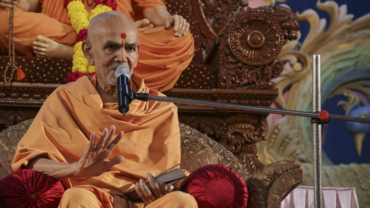 Param Pujya Mahant Swami blesses the morning assembly, 22 Sep 2016