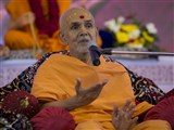 Param Pujya Mahant Swami blesses the assembly