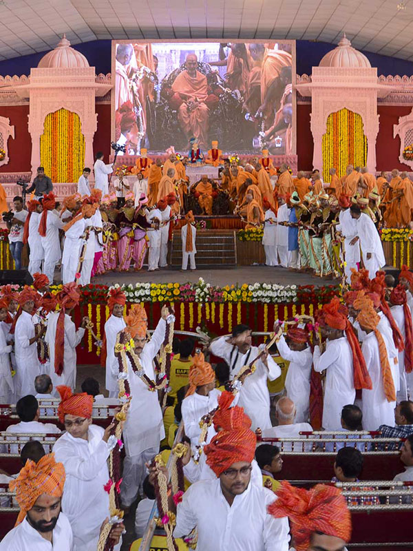 Sadhus and devotees honor Param Pujya Mahant Swami with garlands
