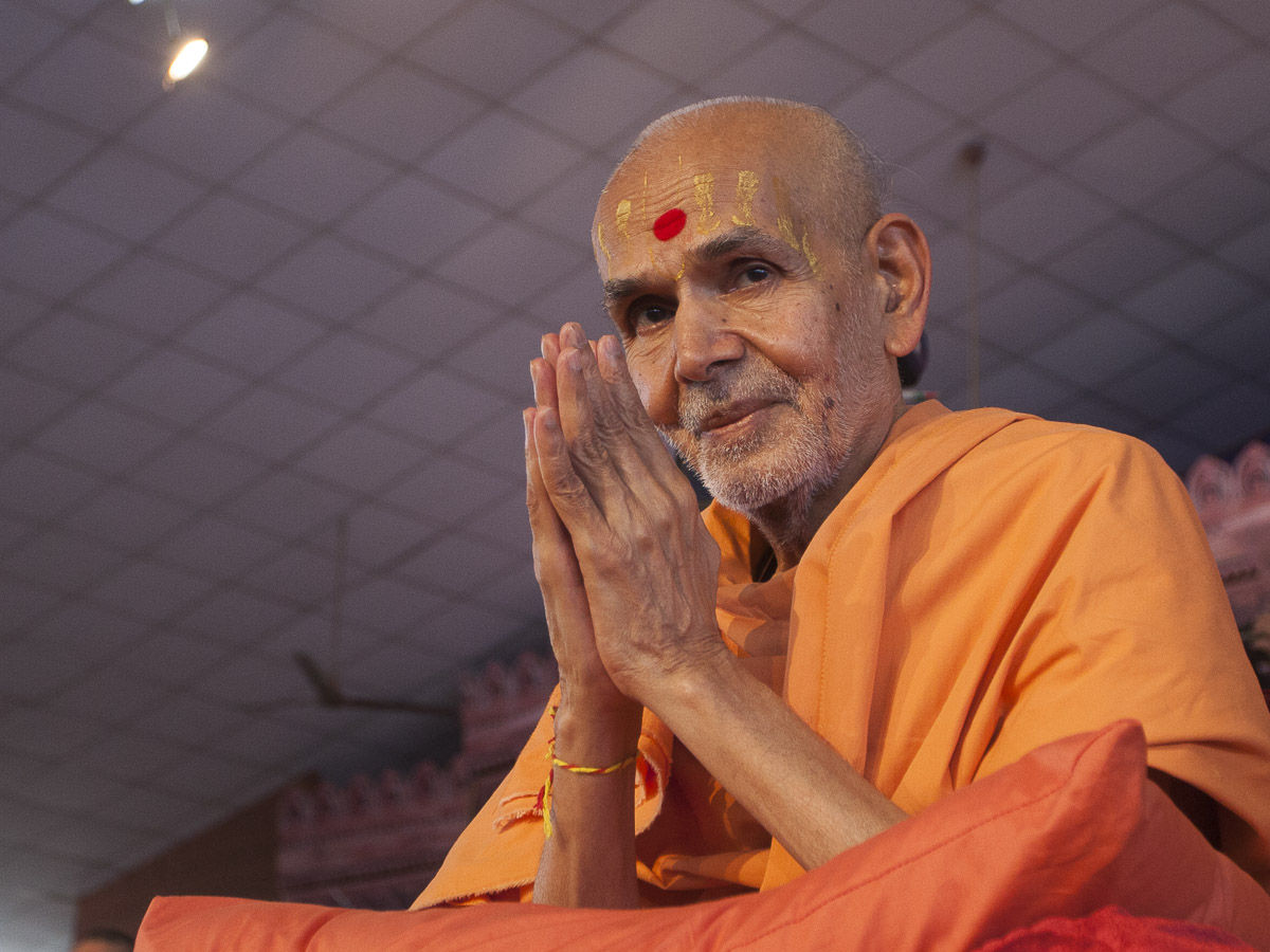 Param Pujya Mahant Swami greets all with 'Jai Swaminarayan'