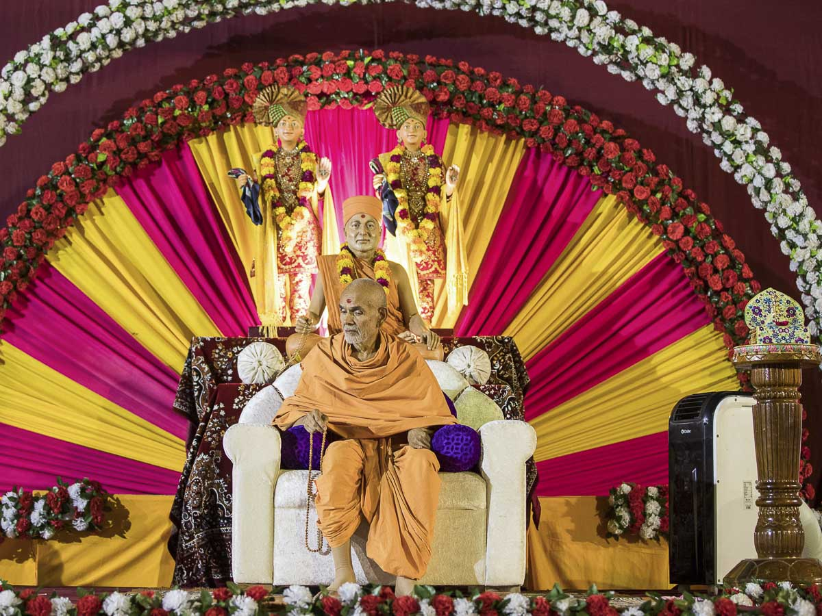 HH Mahant Swami Maharaj during the evening satsang assembly, 30 Sep 2016