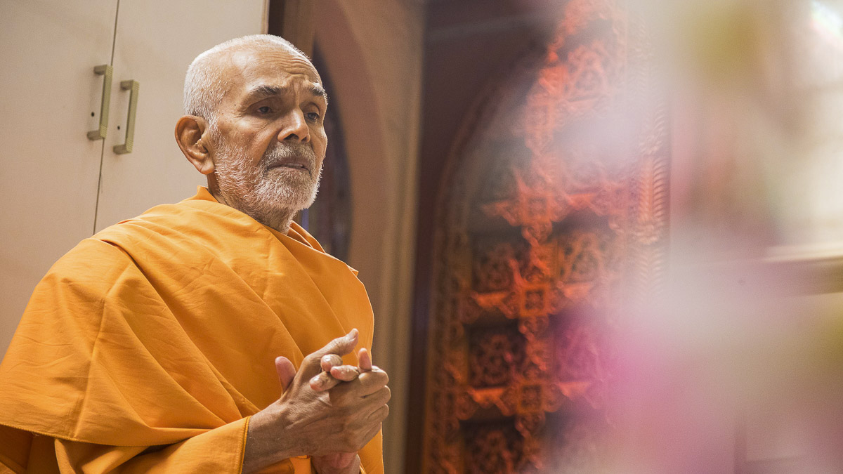 Param Pujya Mahant Swami engrossed in darshan of Thakorji, 1 Oct 2016