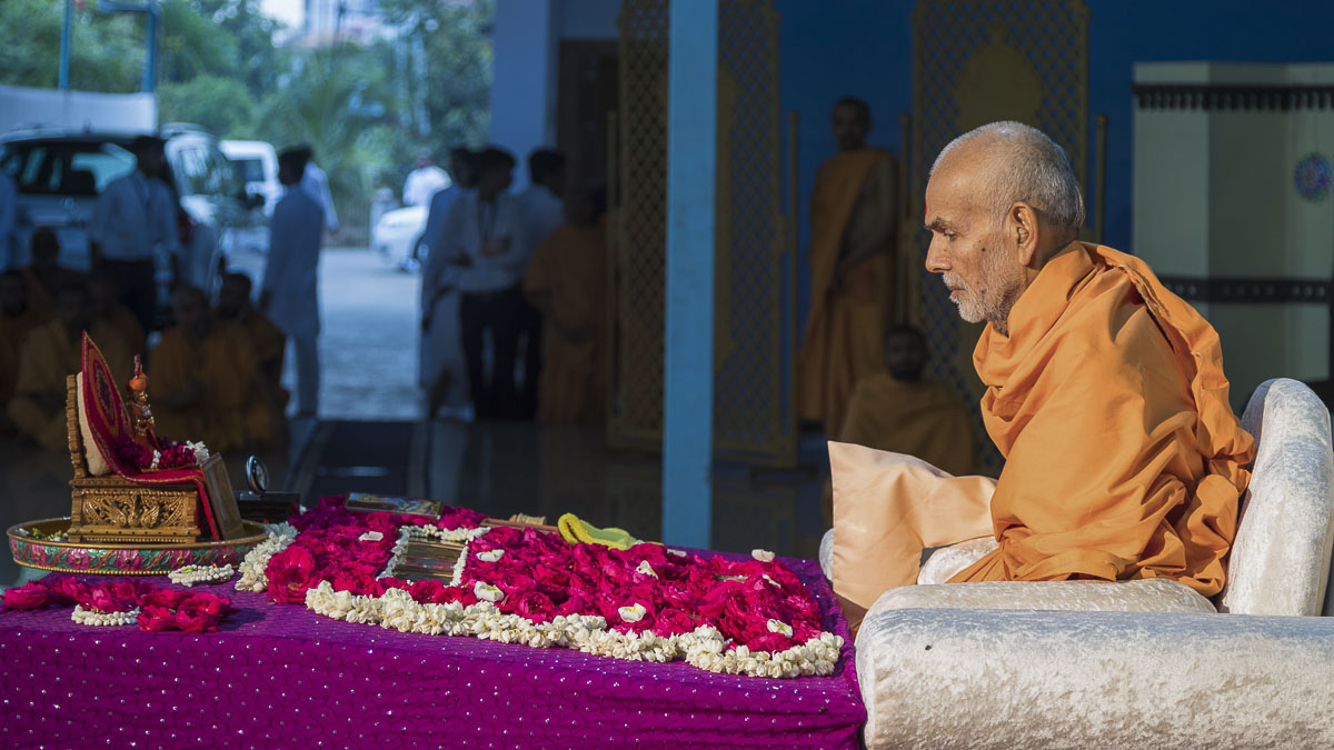 Param Pujya Mahant Swami performs his morning puja, 1 Oct 2016