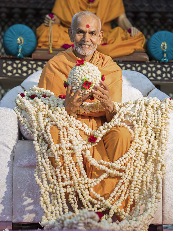 Param Pujya Mahant Swami honored with a garland, 1 Oct 2016