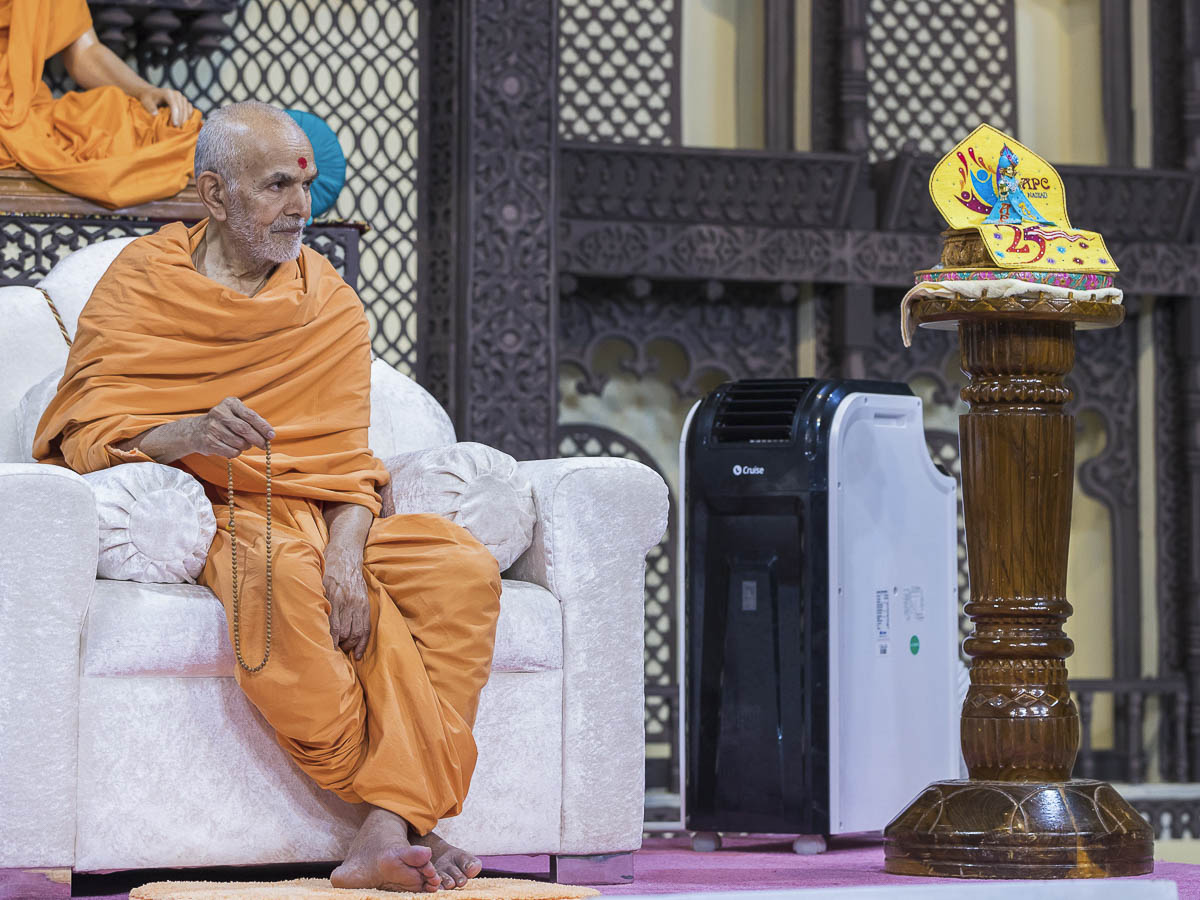 Param Pujya Mahant Swami doing mala during the assembly, 1 Oct 2016