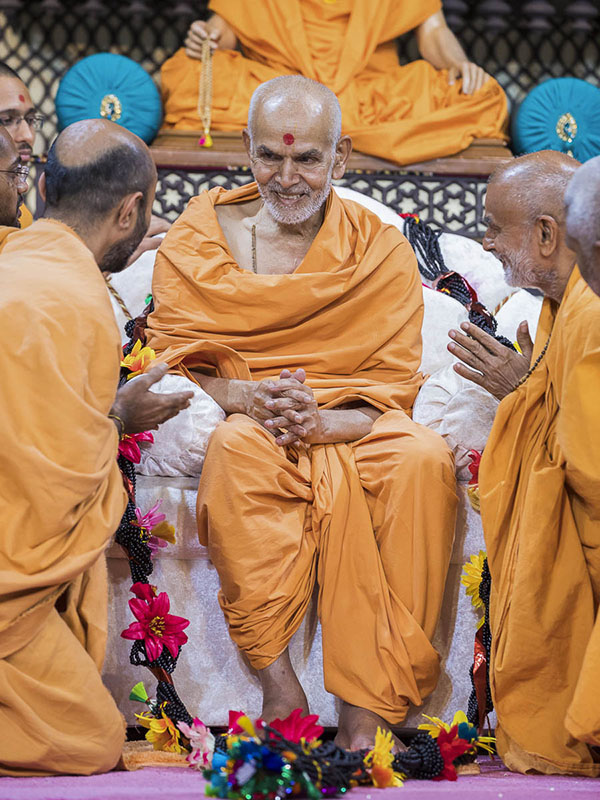 Sadhus honor Param Pujya Mahant Swami with a garland, 1 Oct 2016