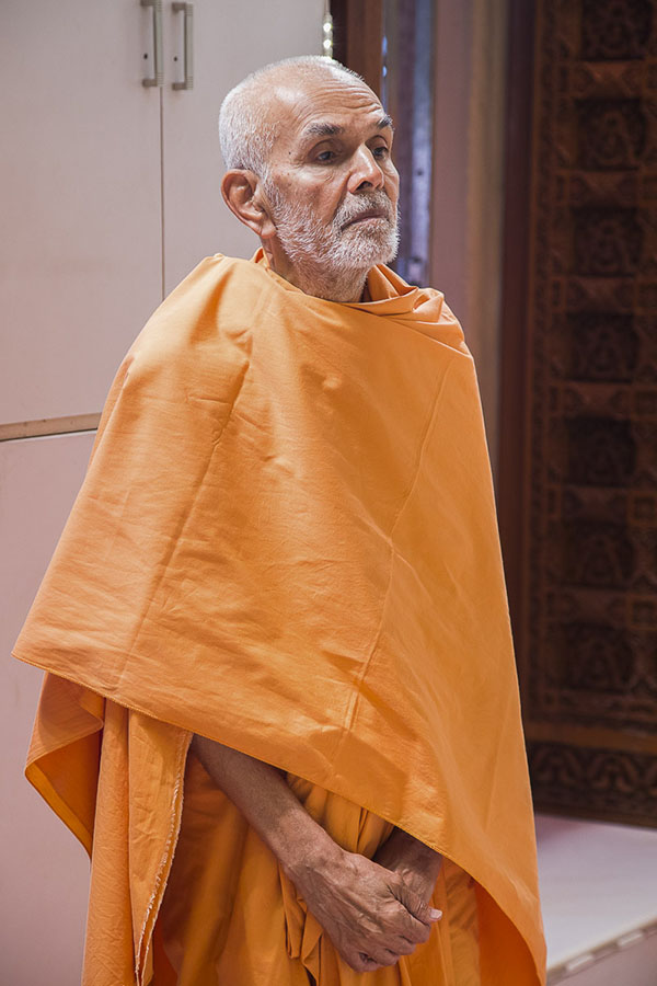 Param Pujya Mahant Swami engrossed in darshan of Thakorji, 2 Oct 2016
