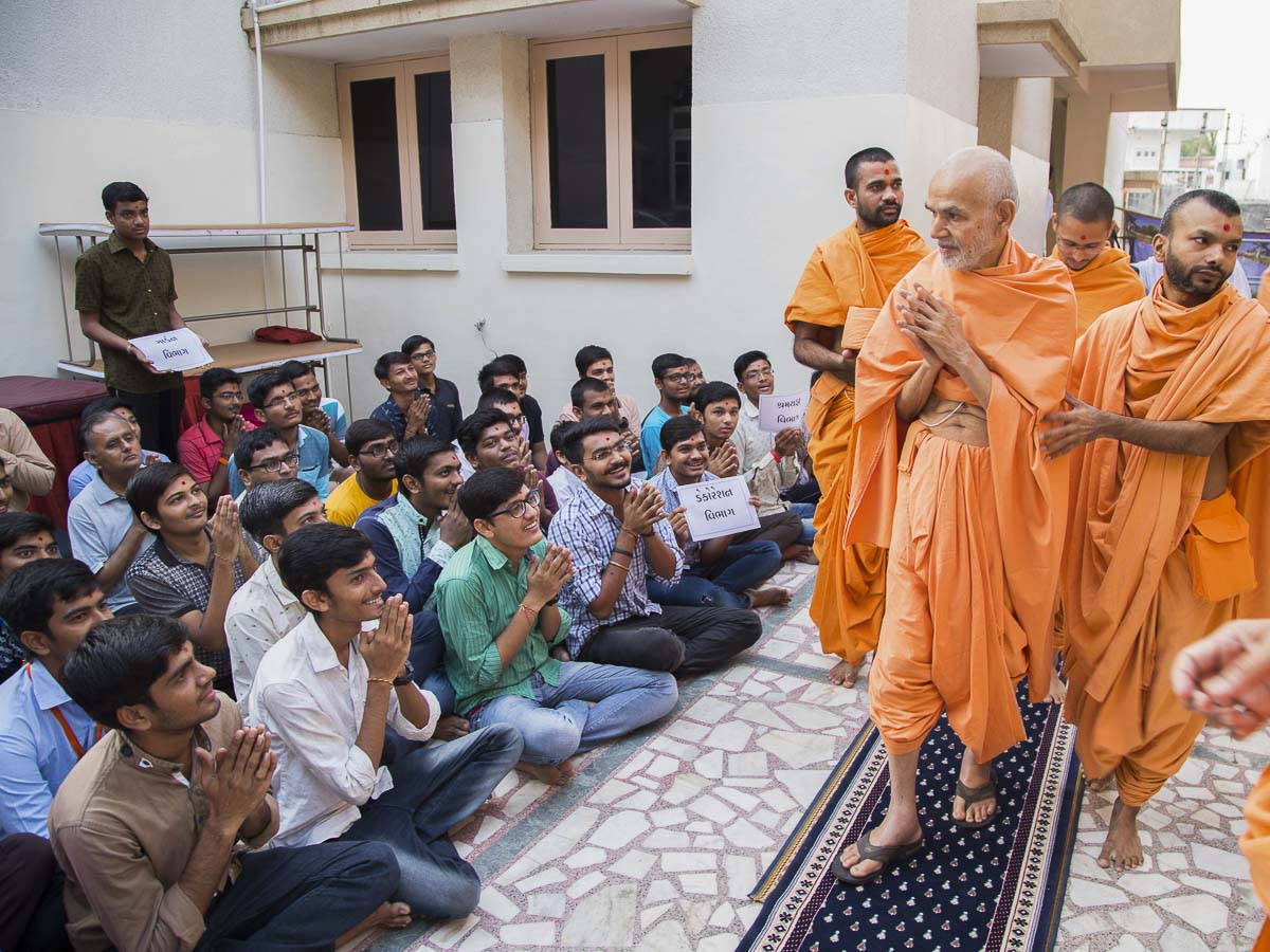Students doing darshan of Param Pujya Mahant Swami, 2 Oct 2016