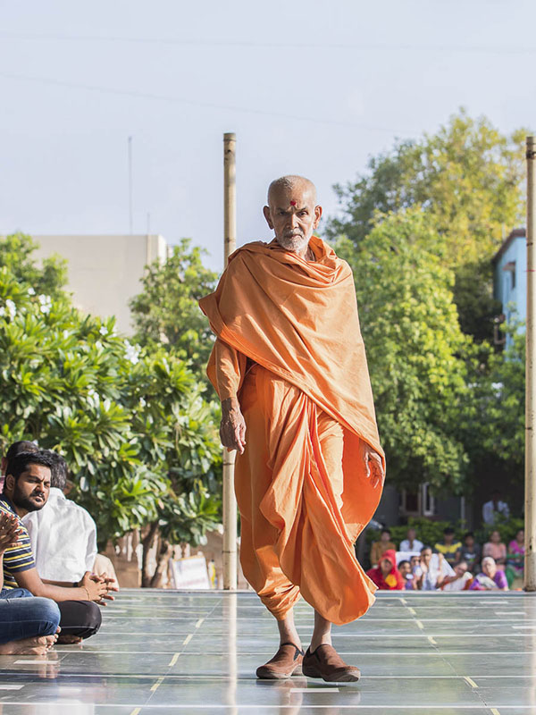 Param Pujya Mahant Swami during his evening walk, 2 Oct 2016