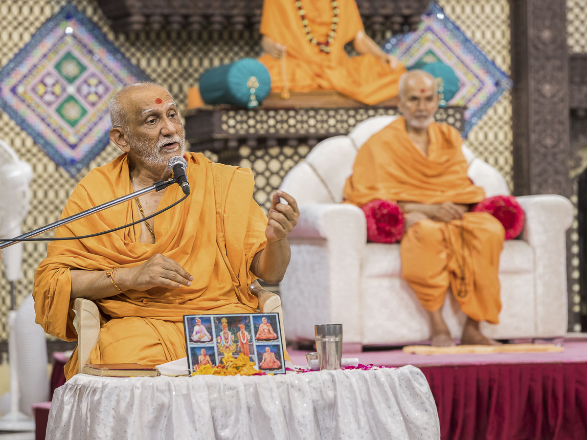 Atmaswarup Swami delivers a discourse in the evening satsang assmbly, 2 Oct 2016