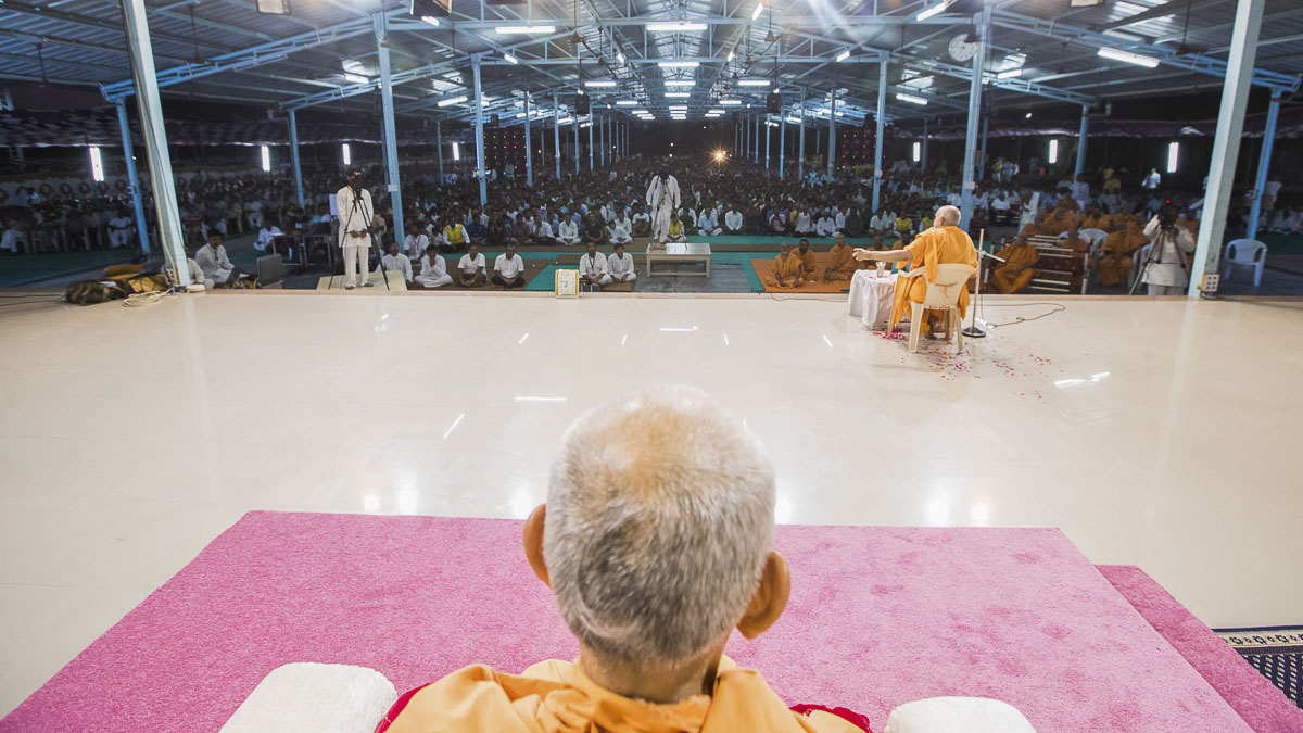 Devotees during the assembly, 2 Oct 2016