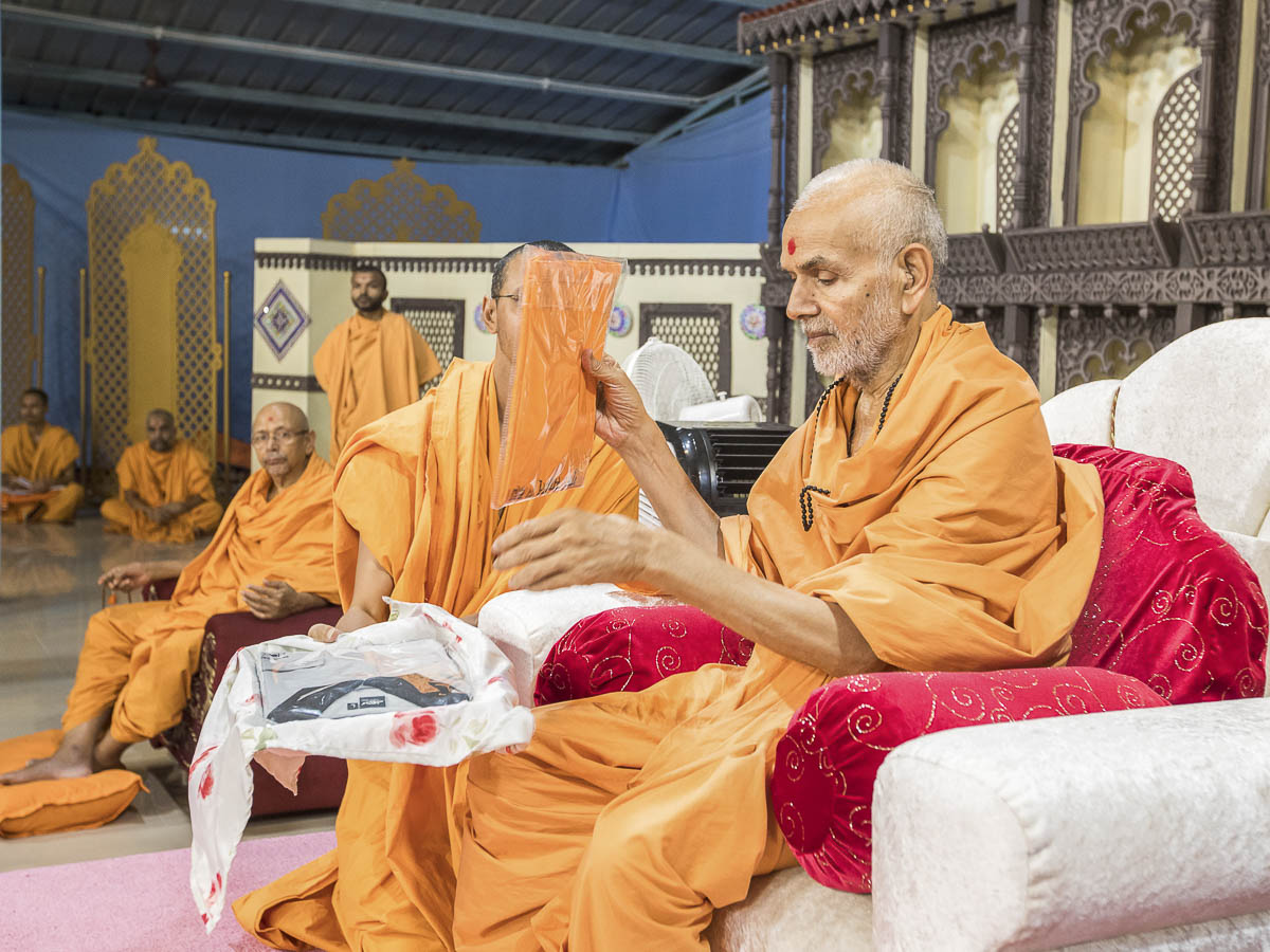 Param Pujya Mahant Swami sanctifies T-shirts, 2 Oct 2016