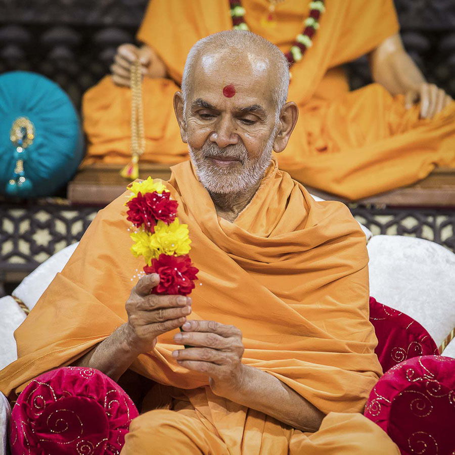 Param Pujya Mahant Swami sanctifies a flower chhadi, 2 Oct 2016
