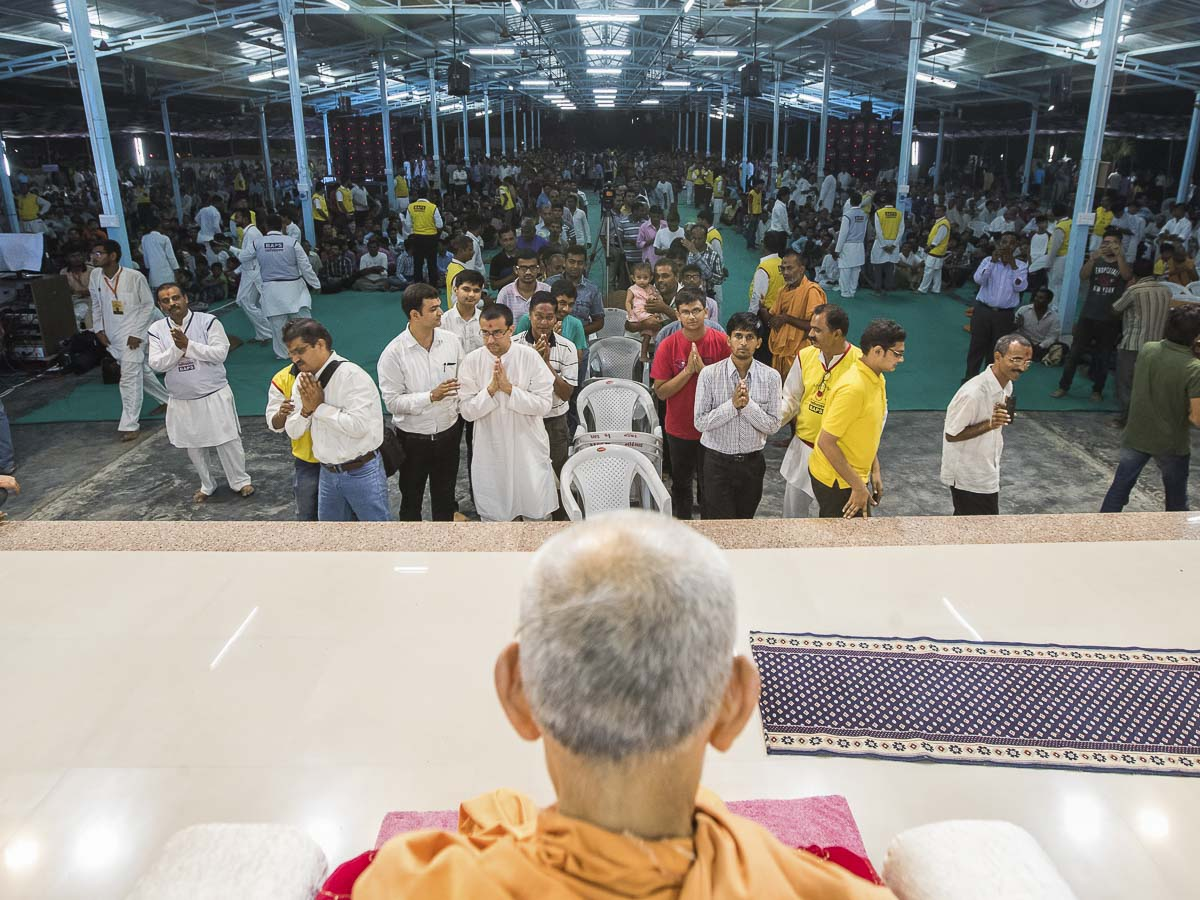 Devotees doing darshan of Param Pujya Mahant Swami, 2 Oct 2016