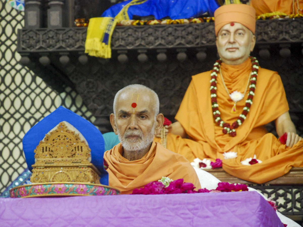 Param Pujya Mahant Swami performs his morning puja, 3 Oct 2016