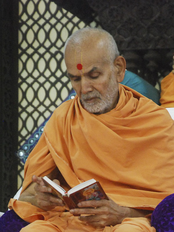 Param Pujya Mahant Swami reads Shikshapatri during his morning puja, 3 Oct 2016