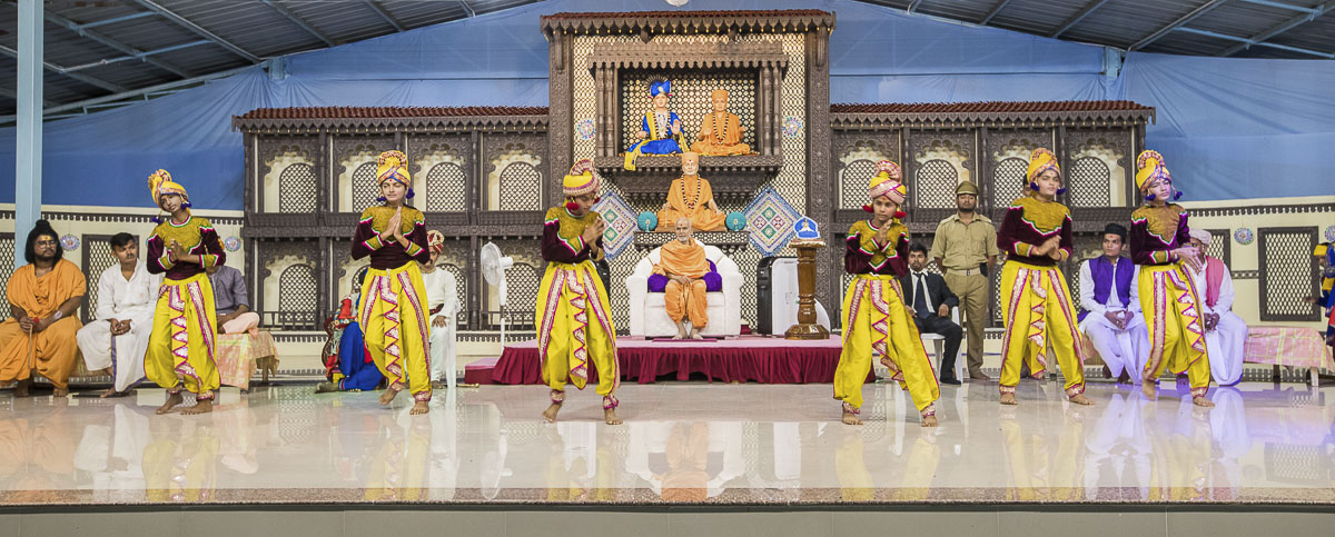 Youths perform a cultural dance before Param Pujya Mahant Swami, 3 Oct 2016