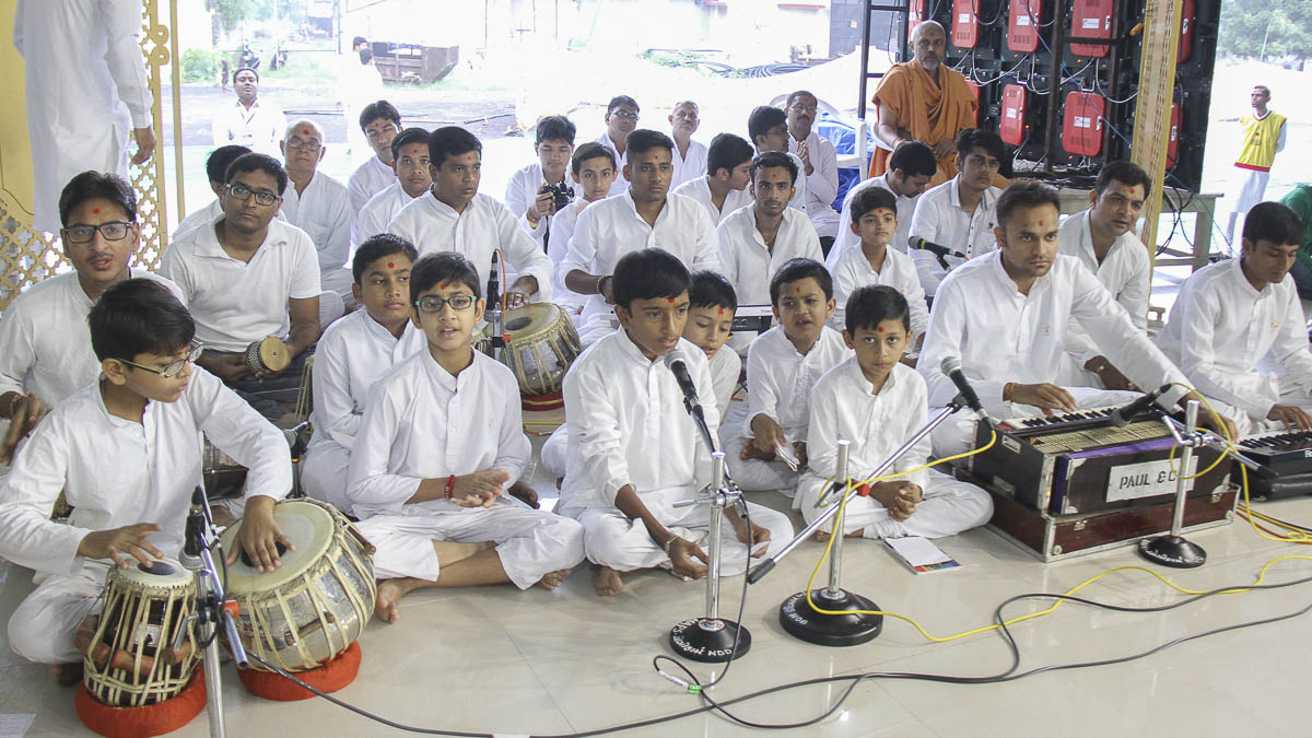 Children sing kirtans in Param Pujya Mahant Swami's morning puja, 4 Oct 2016