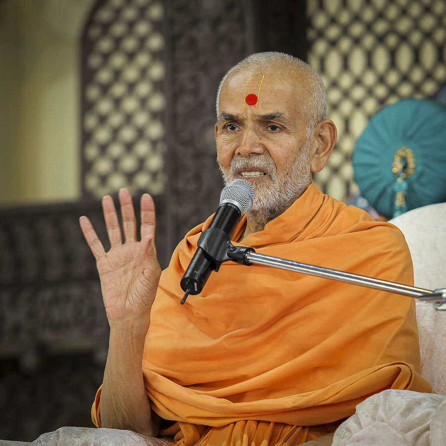 Param Pujya Mahant Swami blesses the morning satsang assembly, 4 Oct 2016