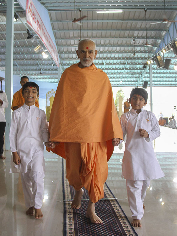 Children accompany Param Pujya Mahant Swami to the Bal Din assembly, 4 Oct 2016