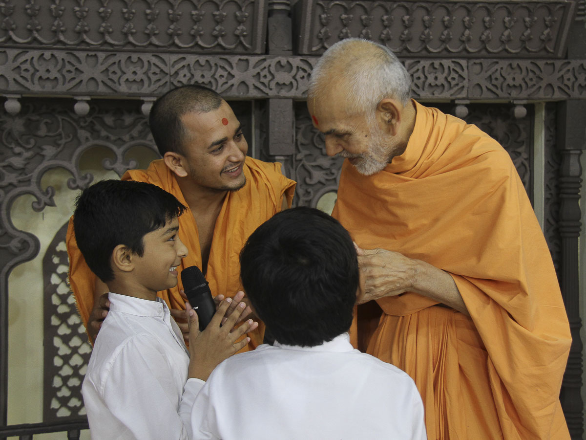 Children welcome Param Pujya Mahant Swami to the assembly, 4 Oct 2016