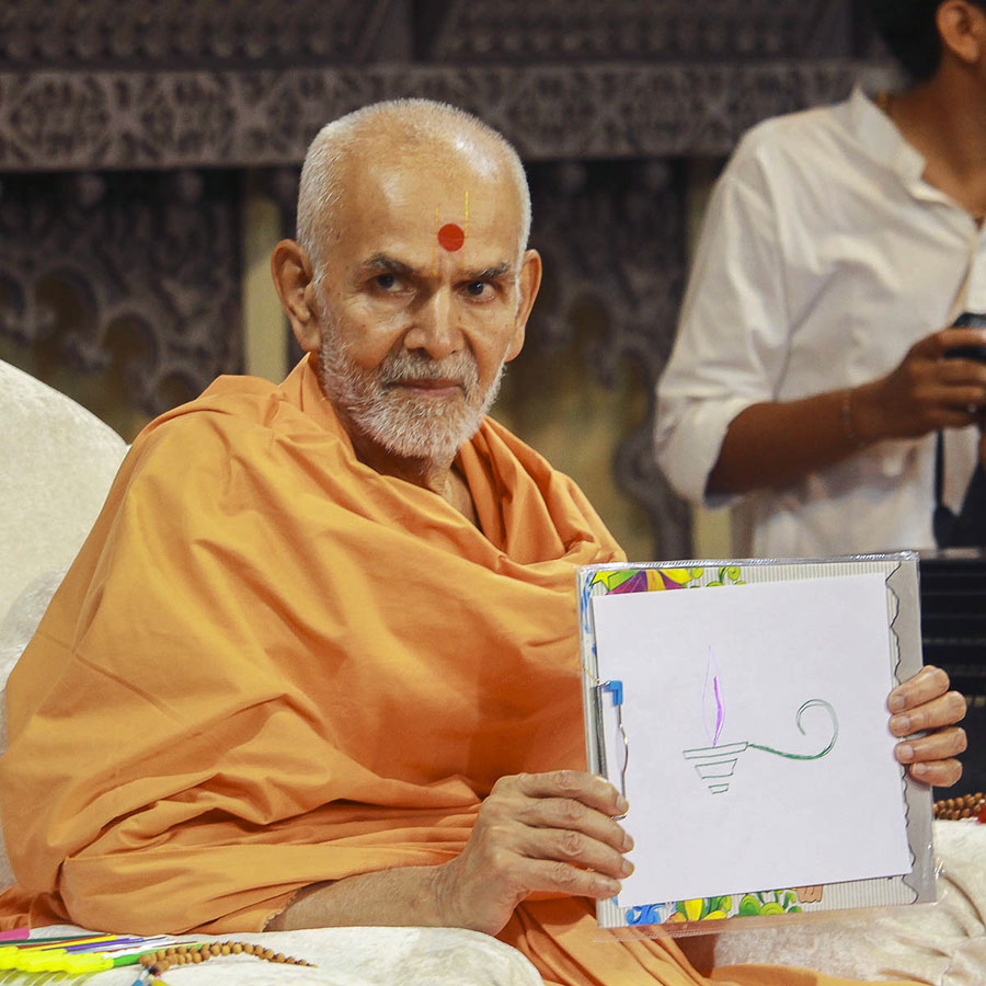Param Pujya Mahant Swami displays his drawing to the assembly, 4 Oct 2016
